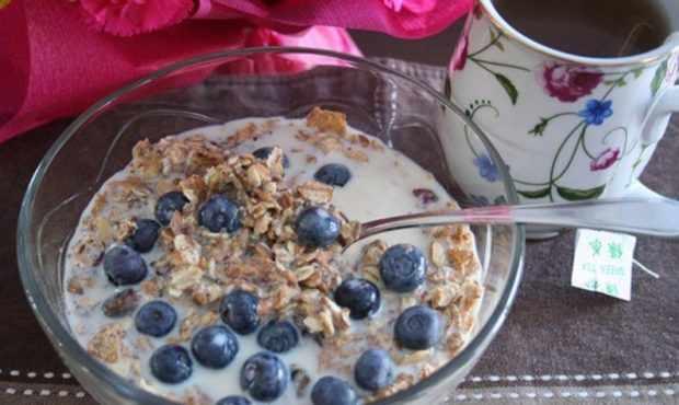 Отруби с молоком и ягодами