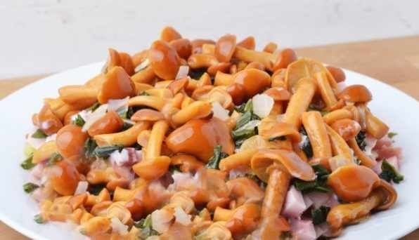 Салат из гречки с маринованными опятами