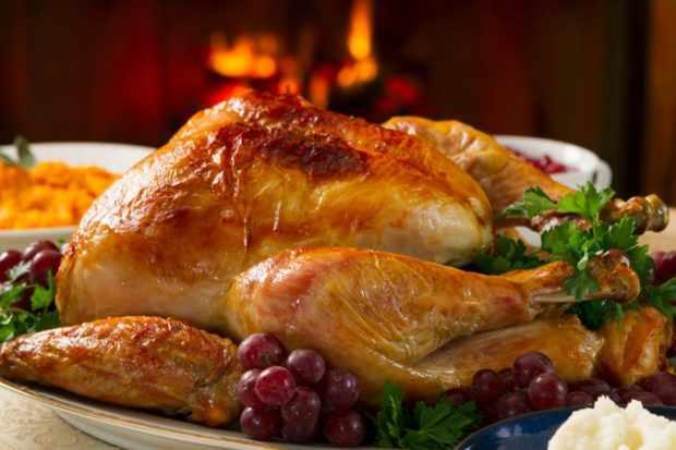 Жареный лебедь на блюде