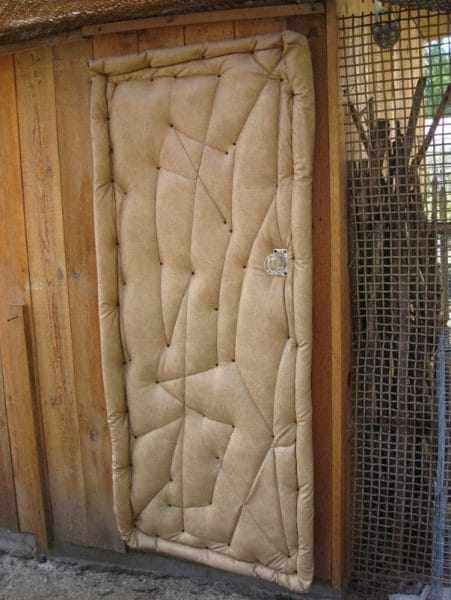 Утеплённая дверь должна плотно прилегать к стенам во избежание сквозняков