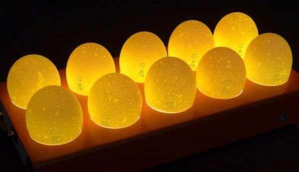 Как определить свежесть яйца на свет